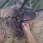 Imagini care îți taie respirația, filmate la Tg-Jiu: El este tânărul care s-a urcat pe un turn înalt de peste 200 de metri
